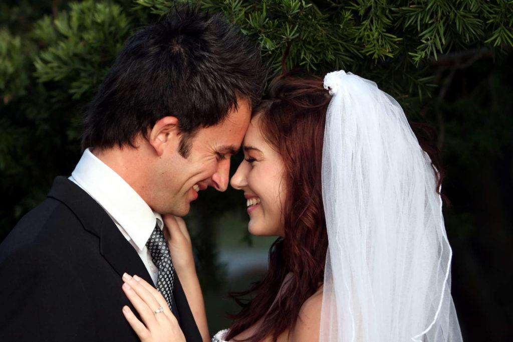 Frisch vermähltes Paar gibt sich ein Eheversprechen