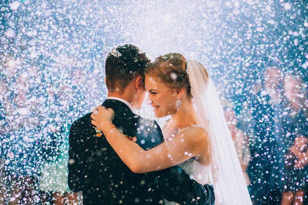 Brautpaar auf der Tanzfläche während einem Hochzeitsspiel