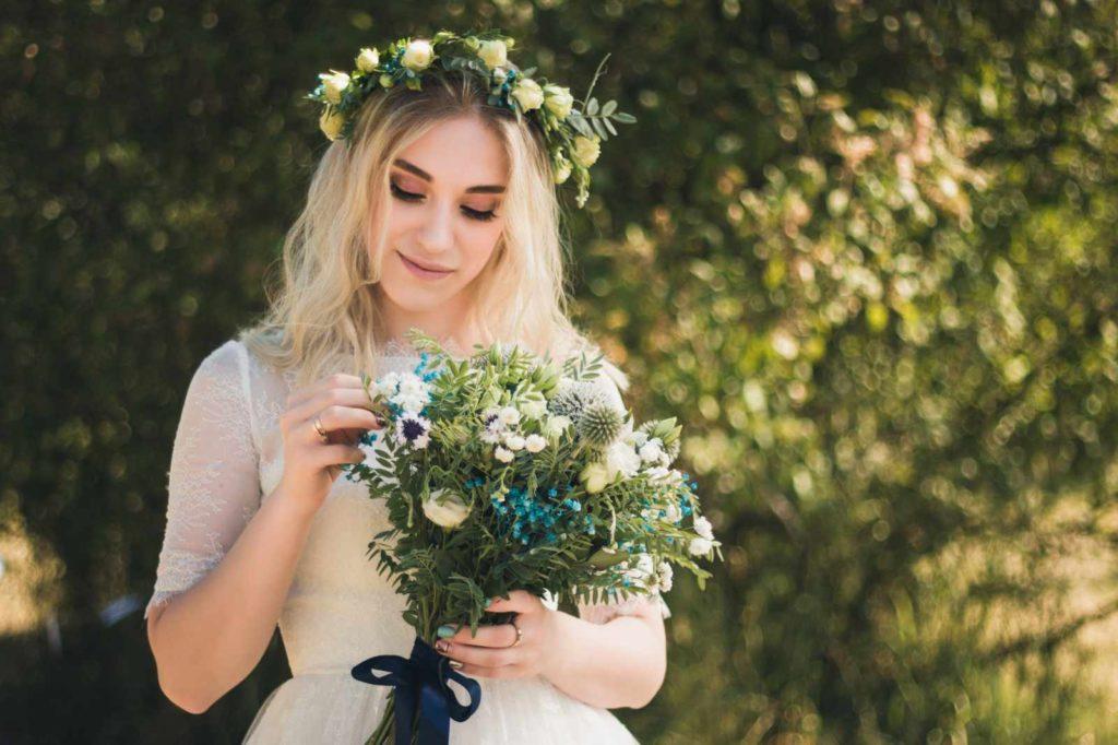 Braut mit einem Boho Brautstrauß