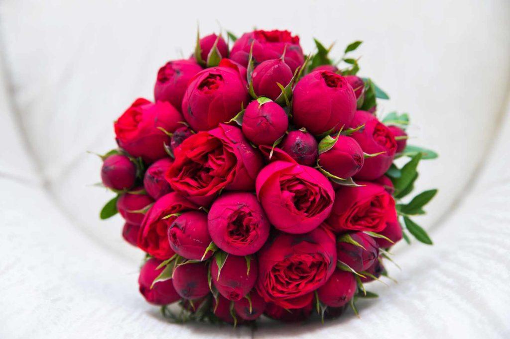 Rote Rosen für die Braut