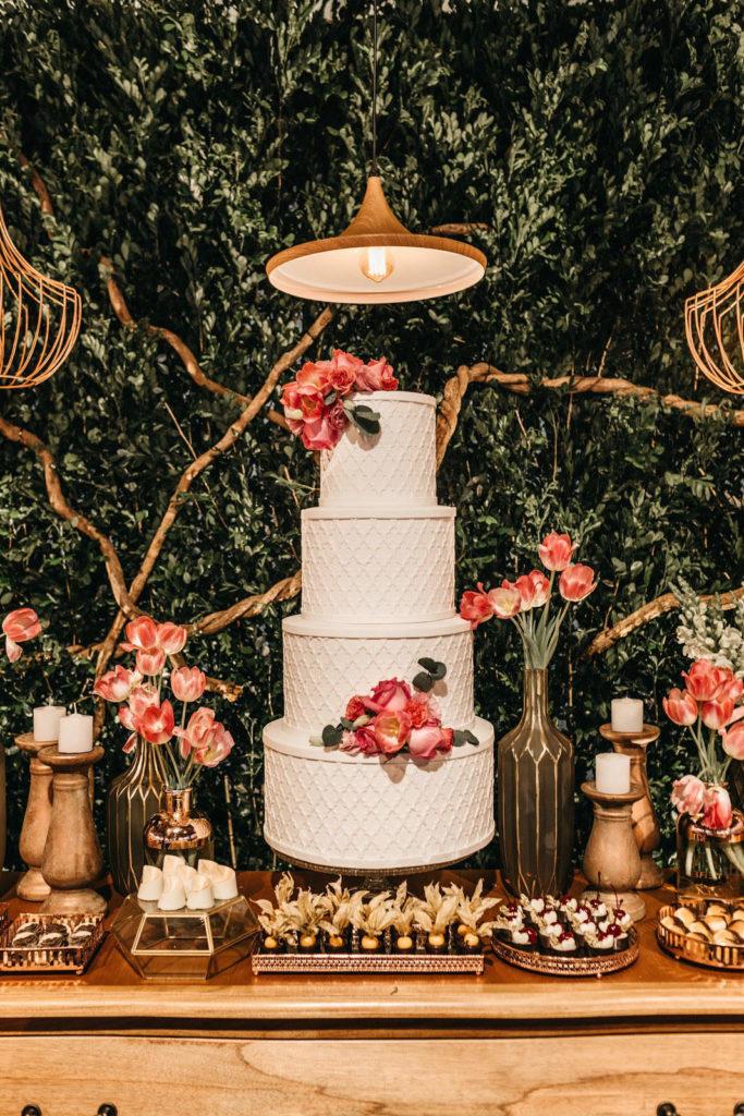 Ein vierstöckiger Hochzeitskuchen