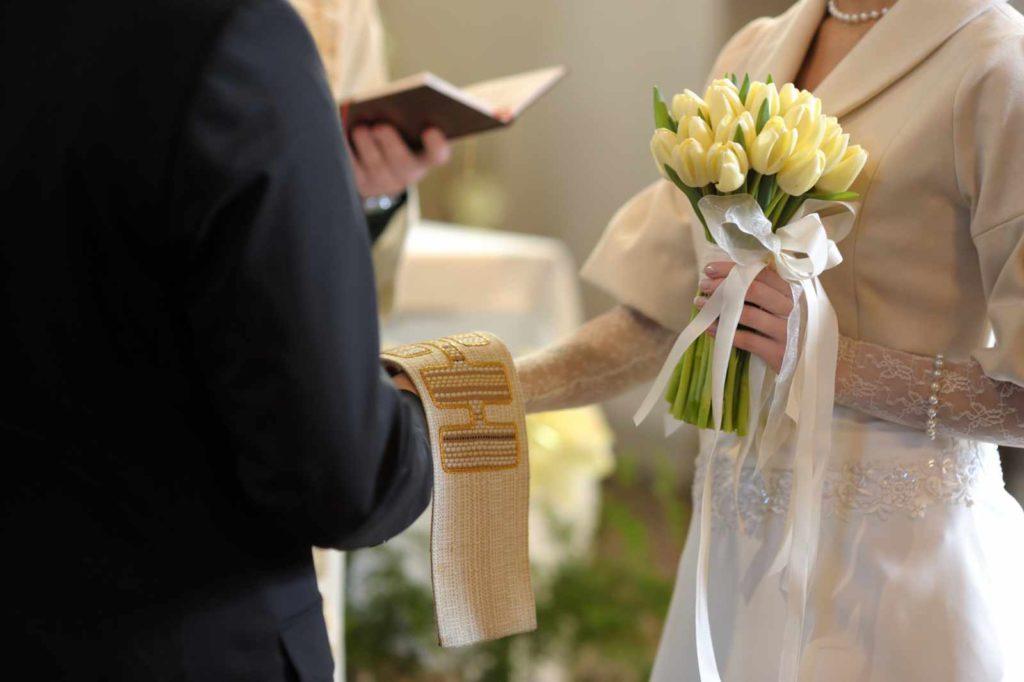 Ein Paar wird bei einer kirchlichen Trauung gesegnet