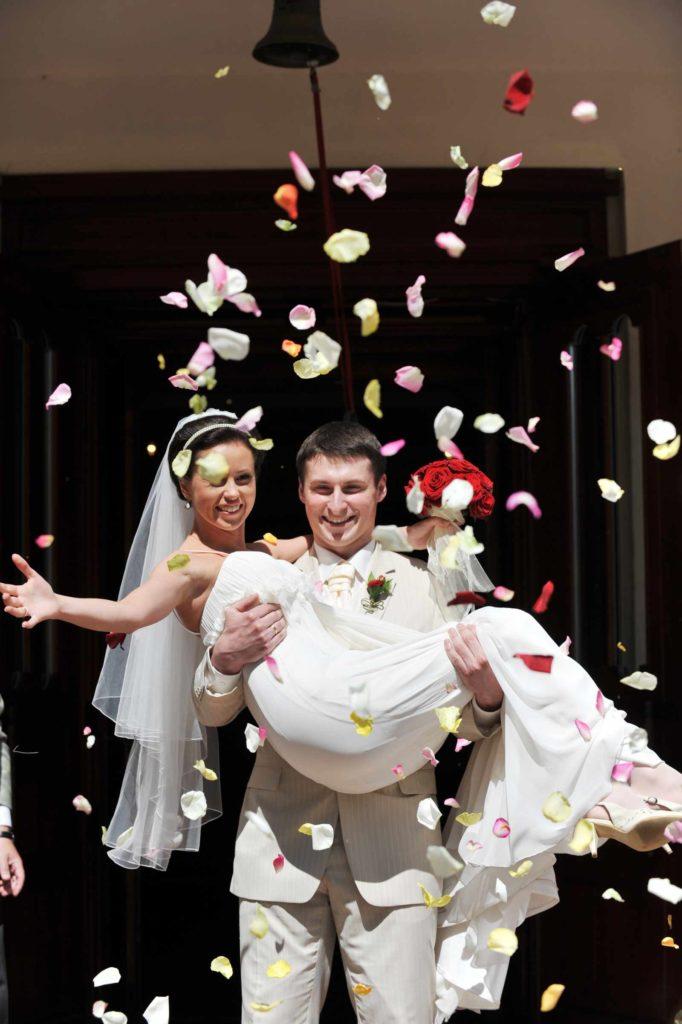 Ein Paar kommt frisch verheiratet aus einer Kirche