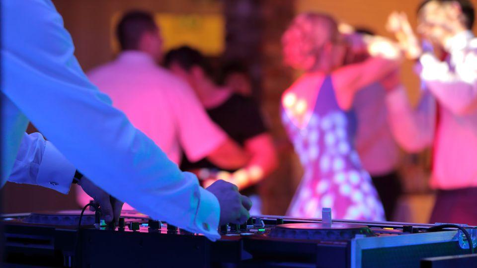 Hochzeits DJ am Mischpult