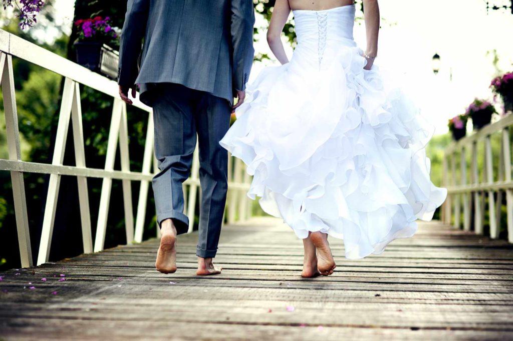 Brautpaar auf einer Polterhochzeit Barfuß