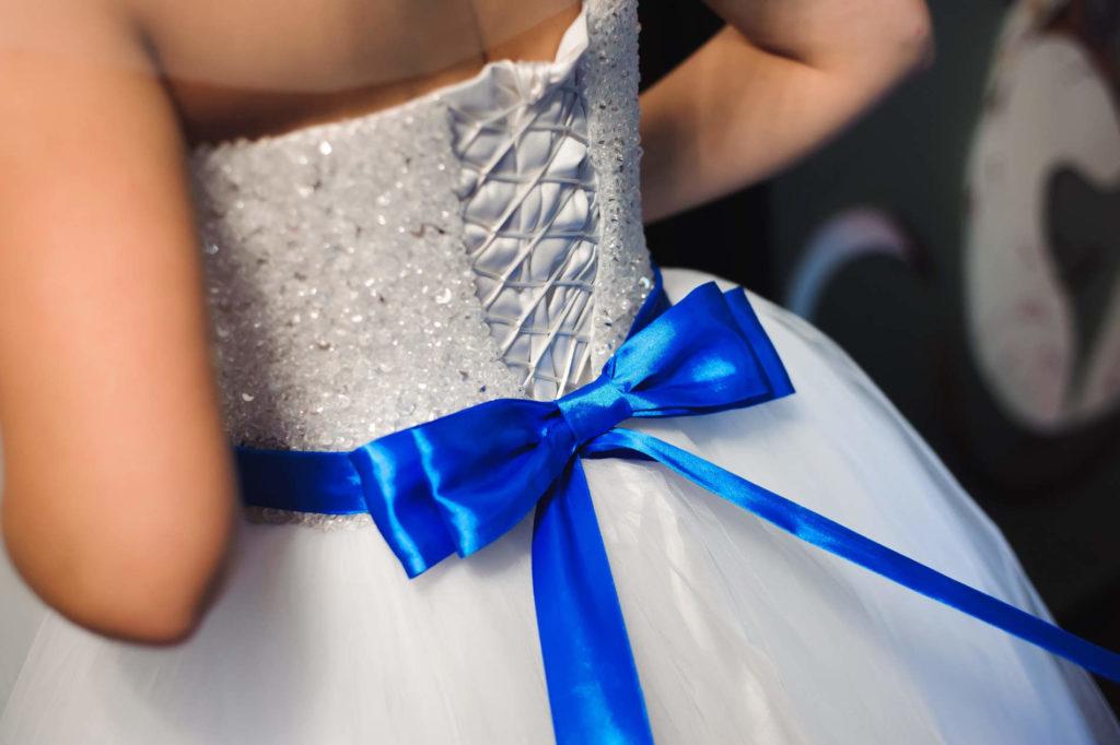 Braut mit blauer Schleife. Hochzeitstradition Etwas Altes, Etwas Neues, Etwas Gebrauchtes, Etwas Blaues