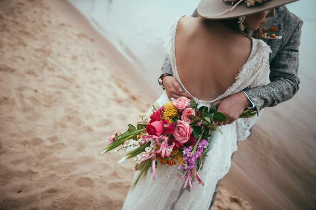 Hippie Hochzeit Brautpaar am Strand