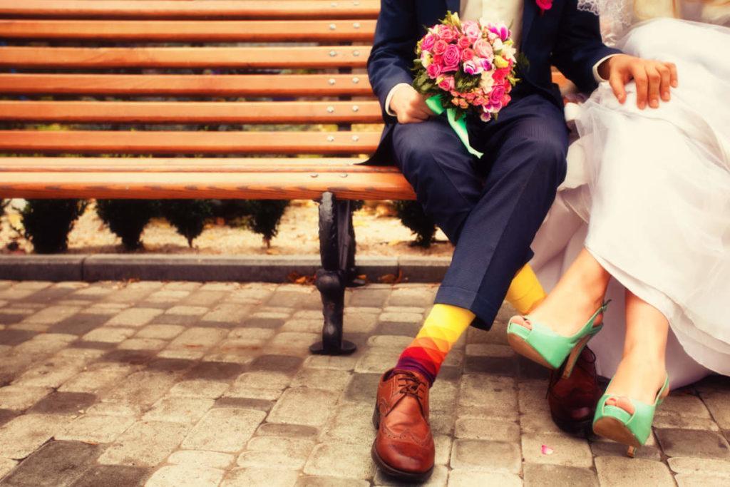 Brautpaar mit bunten Socken und Schuhen