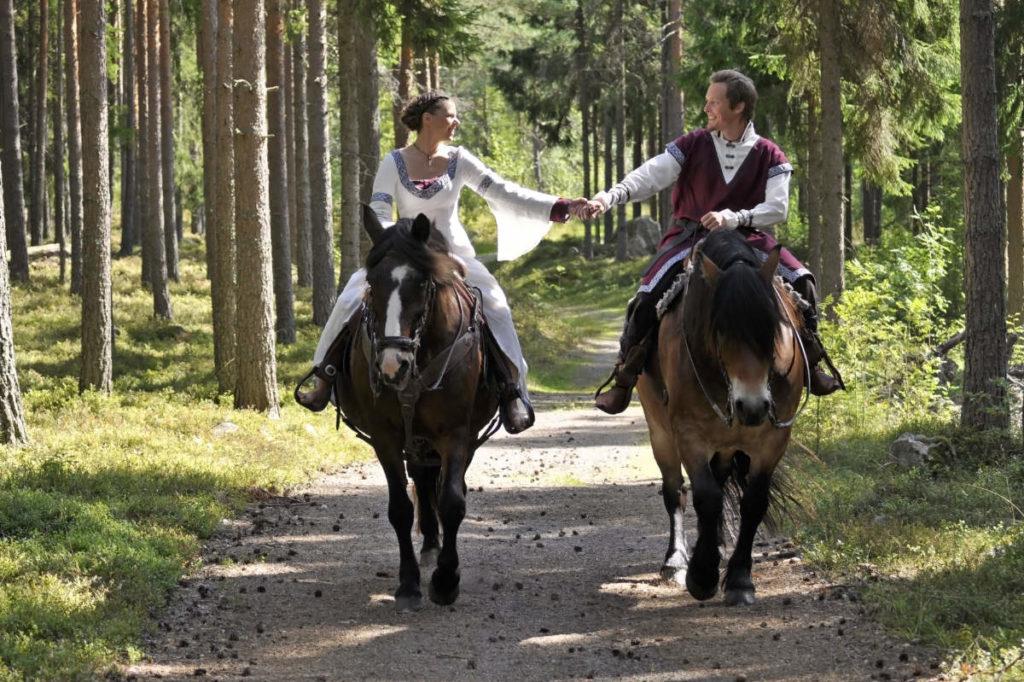 Brautpaar auf Pferden in Mittelalterkostümen - Motto Hochzeit Ritter