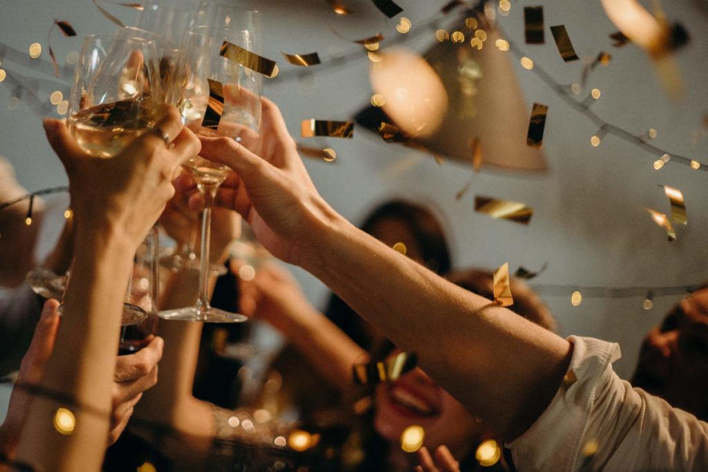 Hochzeit Gäste feiern und stoßen auf das Brautpaar an