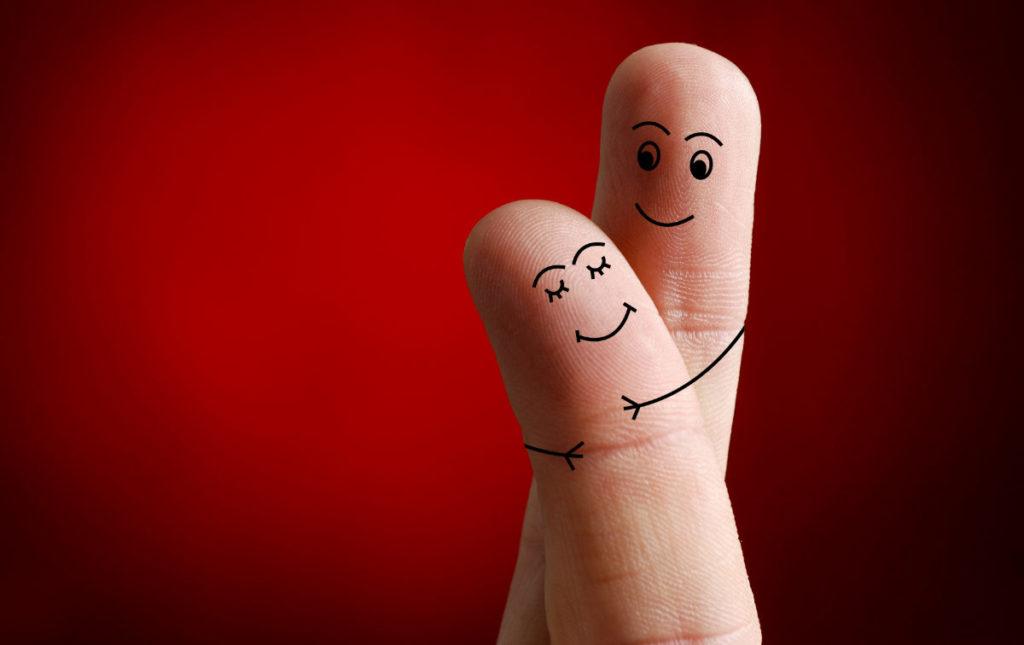 Zwei Finger symbolisieren ein glückliches Paar - unser Themenbild zum Hochzeitstag Artikel