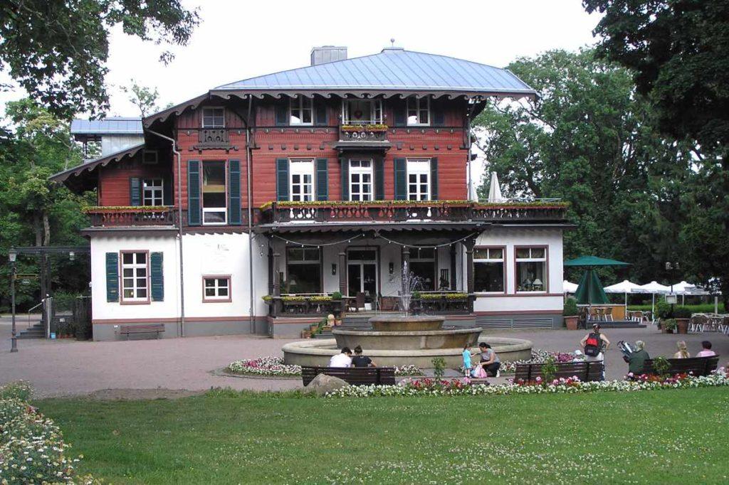 Standesamt, Kurhaus und Restaurant. Die Villa Borgnis in Königstein