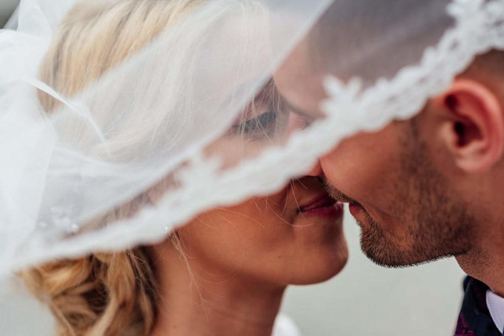 Glückliches Paar das einen Wedding Planner engagiert hat