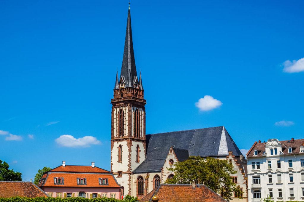 Die St. Elisabeth Kirche in Darmstadt Herrngarten. Kirchlich heiraten in Darmstadt