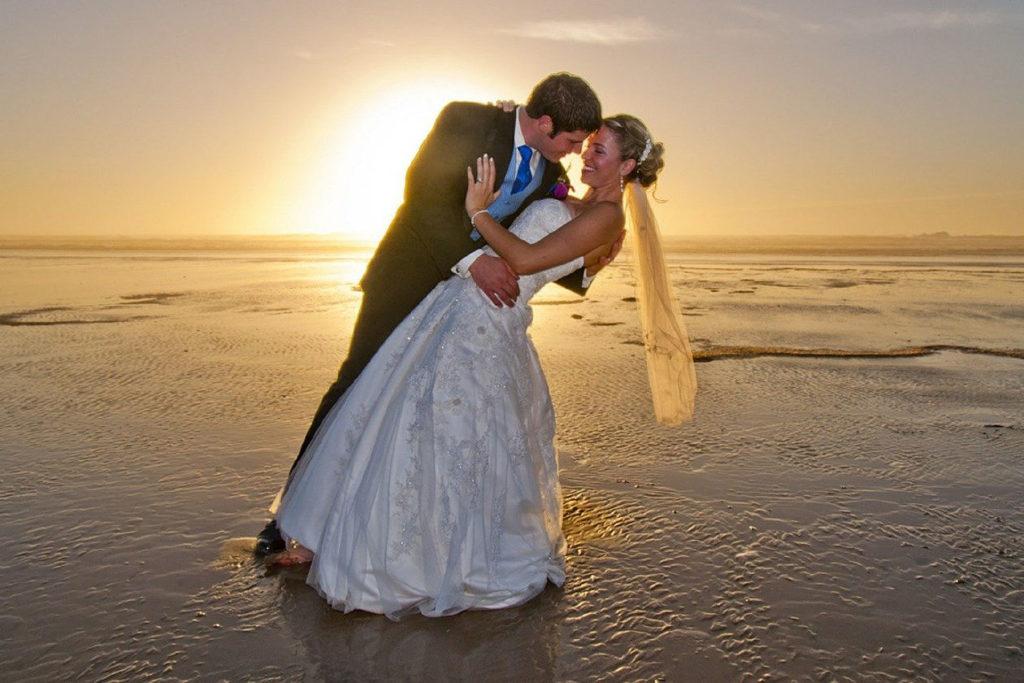 Heiraten auf Norderney - Ein Brautpaar am Strand bei Ebbe