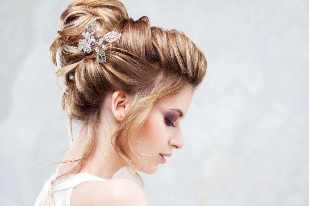 Braut im Profil mit einer halboffenen Hochsteckfrisur - Brautfrisuren Ratgeber vom Hochzeitsservice-Online