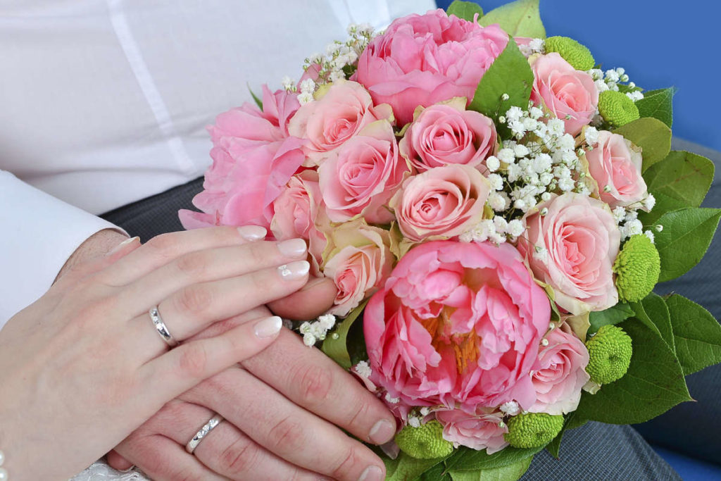 Brautstrauss mit Pfingstrosen und Rosen. Pastell Rosa färben