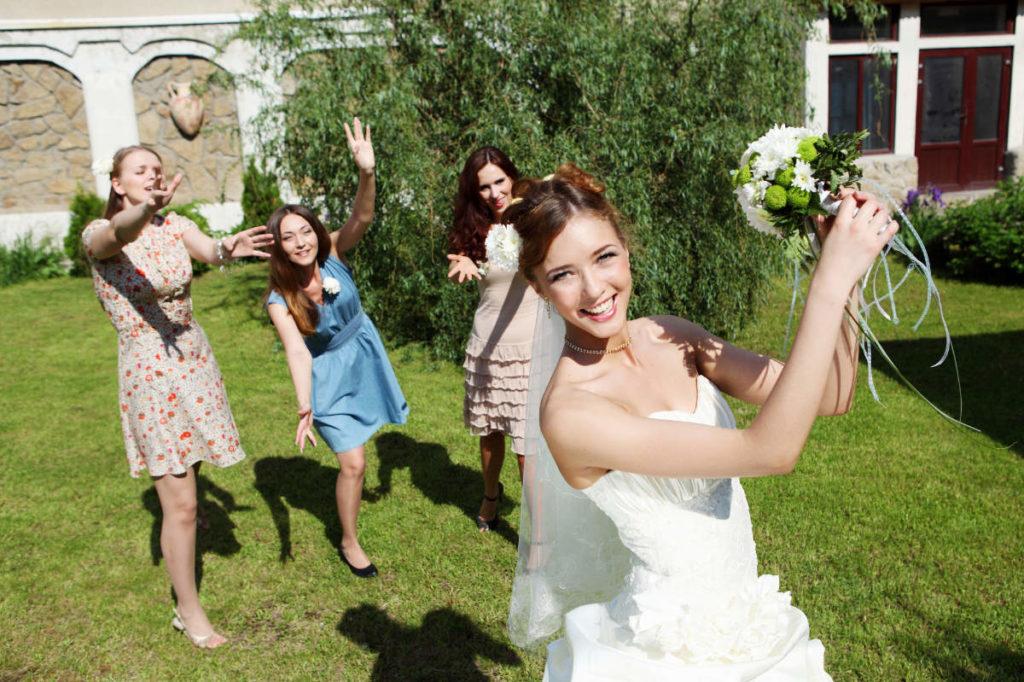 Hochzeitsspiele - Braut wirft den Strauß
