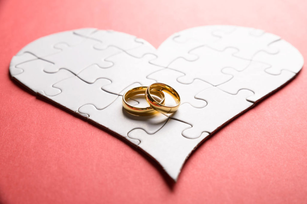 Herz Puzzle mit zwei Ringen als Idee für eine Einladungskarte