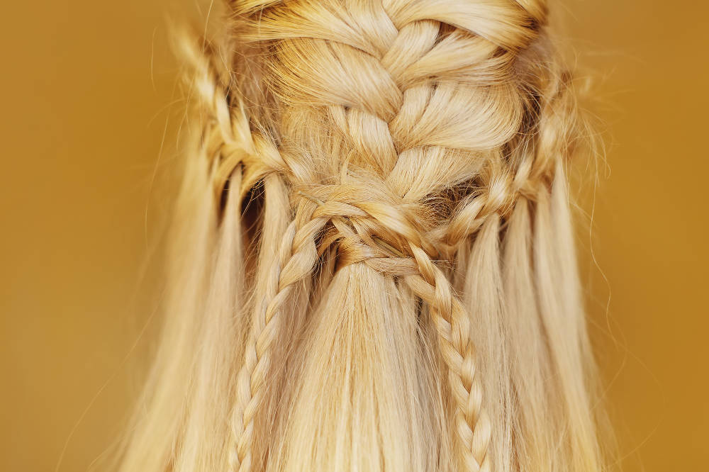 halboffene Flechtfrisur einer blonden Braut