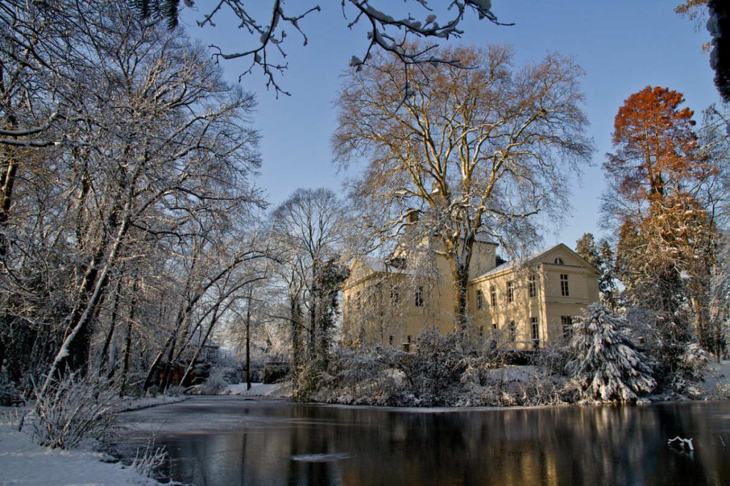 Schloss Eller in winterlicher Stimmung. Hier bietet das Standesamt Termine zum heiraten in Düsseldorf