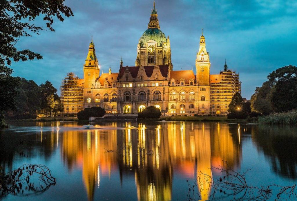 Altes Rathaus in Hannover, Blick vom See in der Abenddämmerung. Heiraten in Hannover geht auch romantisch.