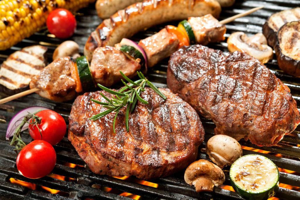 Verschiedene Fleisch- und Gemüsesorten auf einem Grill. Zum Thema Hochzeit Catering