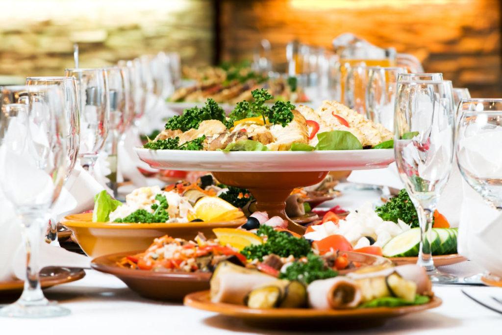 Hochzeit Catering - Tisch mit Gläsern und Essensplatten