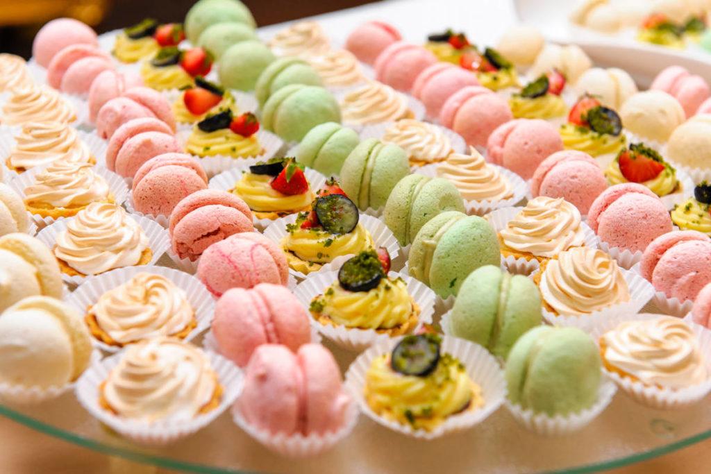 Verschiedene Süßigkeiten zum Thema Hochzeit Catering