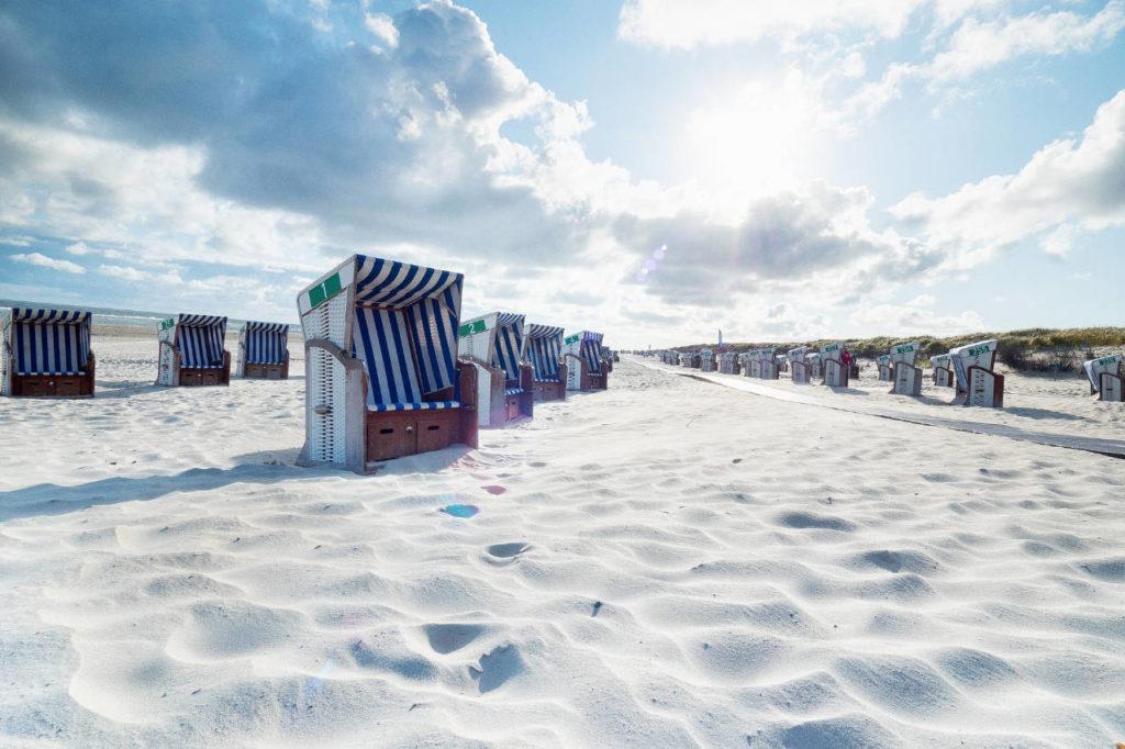 Strandkörbe an weißem Strand auf Norderney
