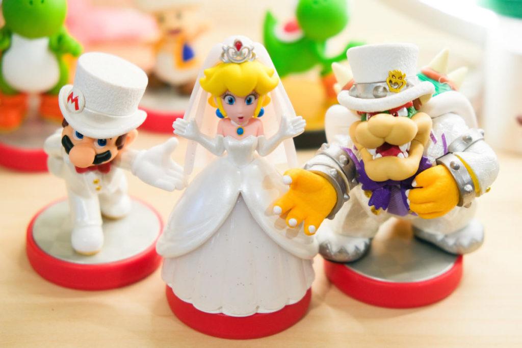 Spielzeug als Gastgeschenk. Eine Reihe beliebter Nintendo Figuren in Hochzeitsanzügen