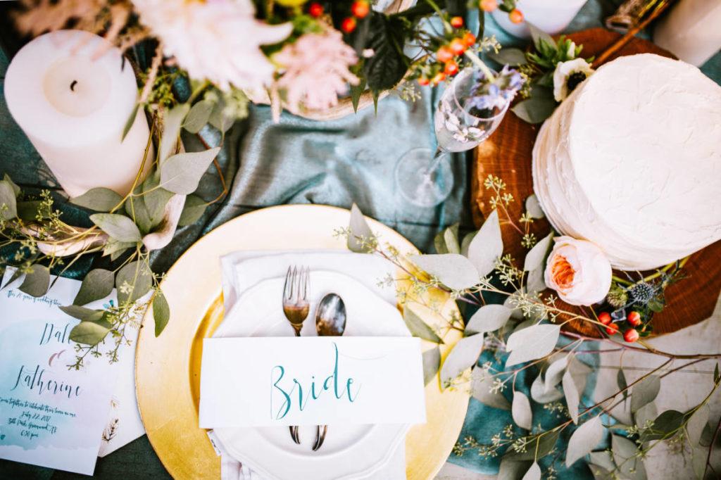 Tischkarte auf einem Teller. Platz der Braut