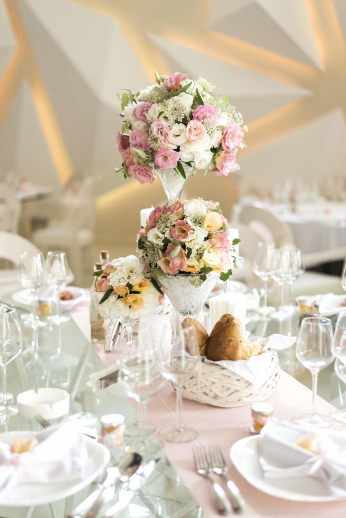 Florale Hochzeitsdeko in zartem weiß und rosa gehalten.