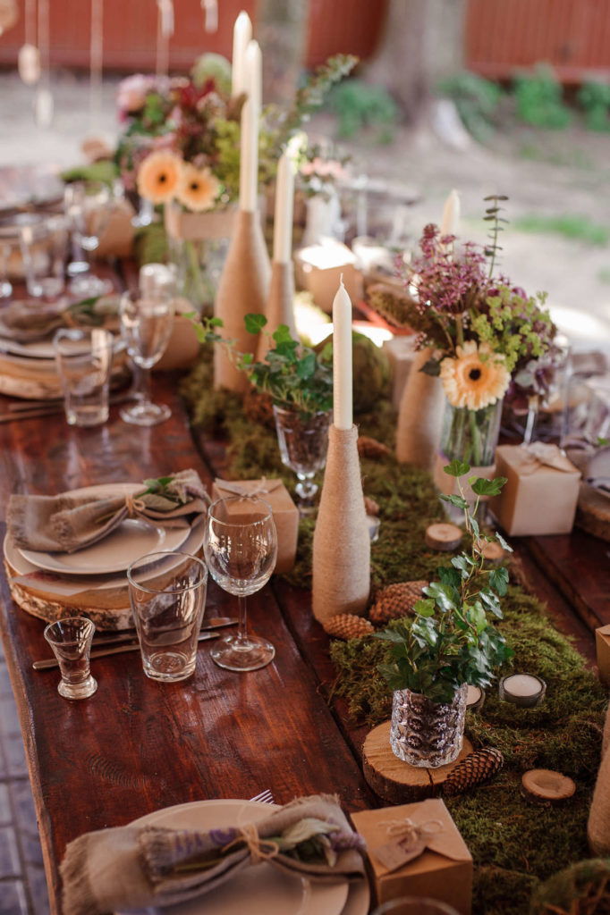 Hochzeitsdeko Tisch mit rustikaler Dekoration