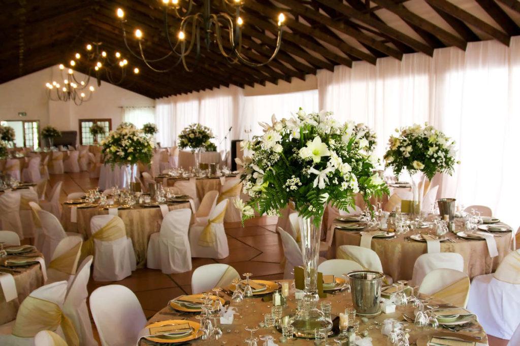 Prächtige Blumensträuße dominieren die Raumdeko bei dieser Hochzeit