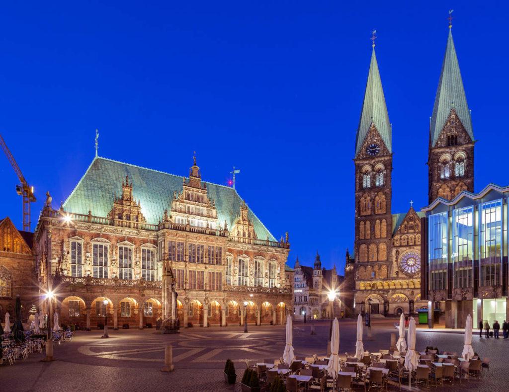Der Marktplatz von Bremen in der blauen Stunde, festlich beleuchtet. Unser Leitmotiv zum Thema heiraten in Bremen