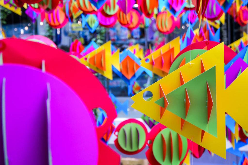 Bunte Papierfische in einem Spielezeuggeschäft. Aquarium Verpackung für ein Geldgeschenk bei einer Hochzeit