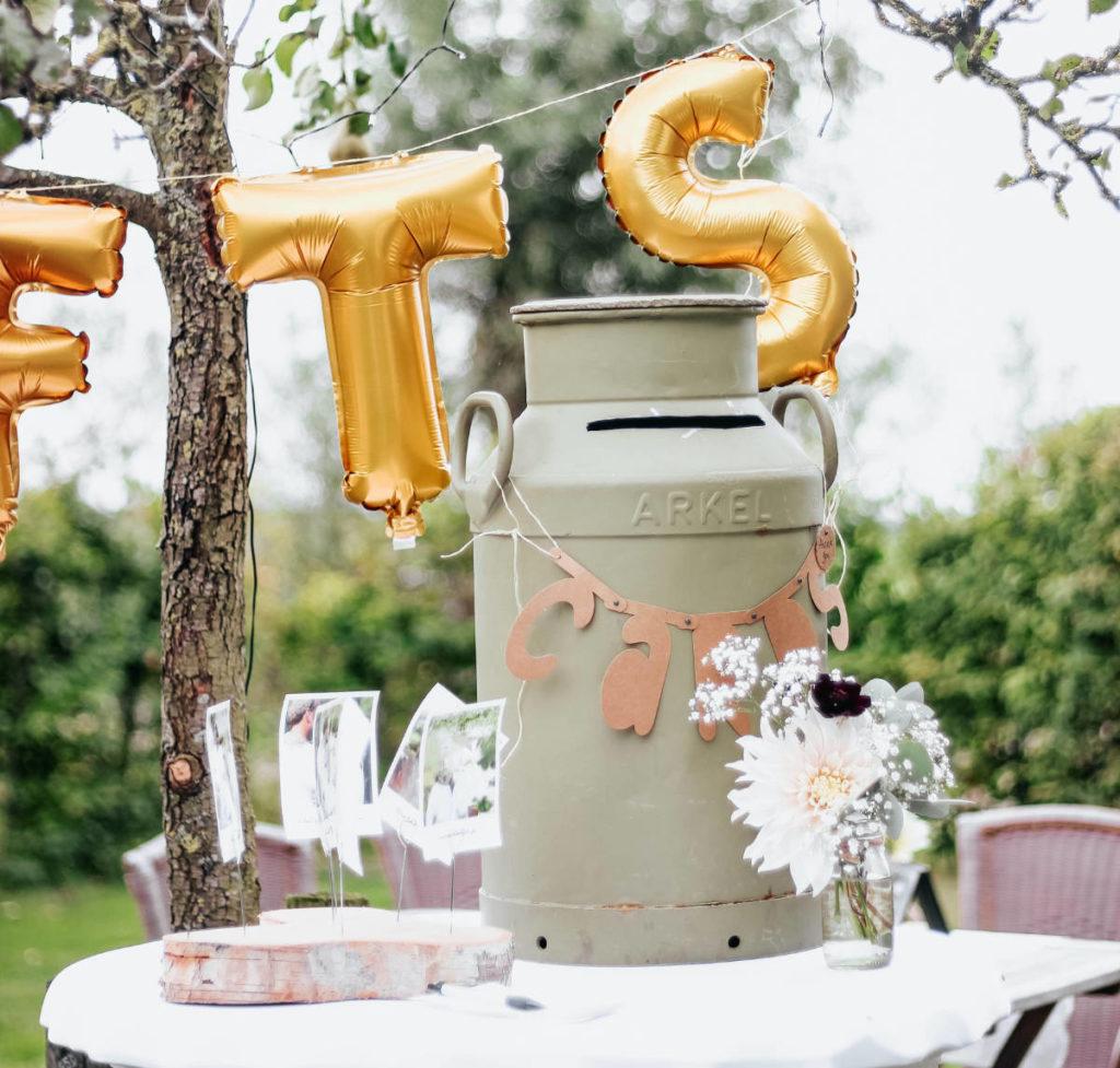 Geldgeschenke bei der Hochzeit. Hierfür wurde eine alte Milchkanne auf einem Tisch umfunktioniert