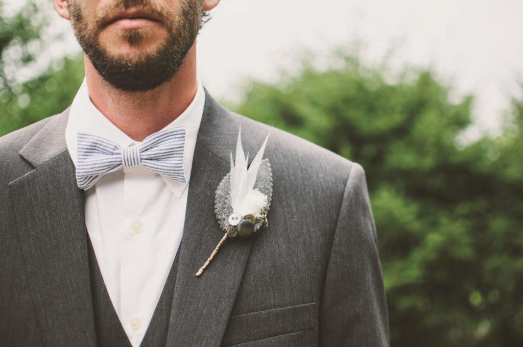 Peppige Fliege bei einem Bräutigam