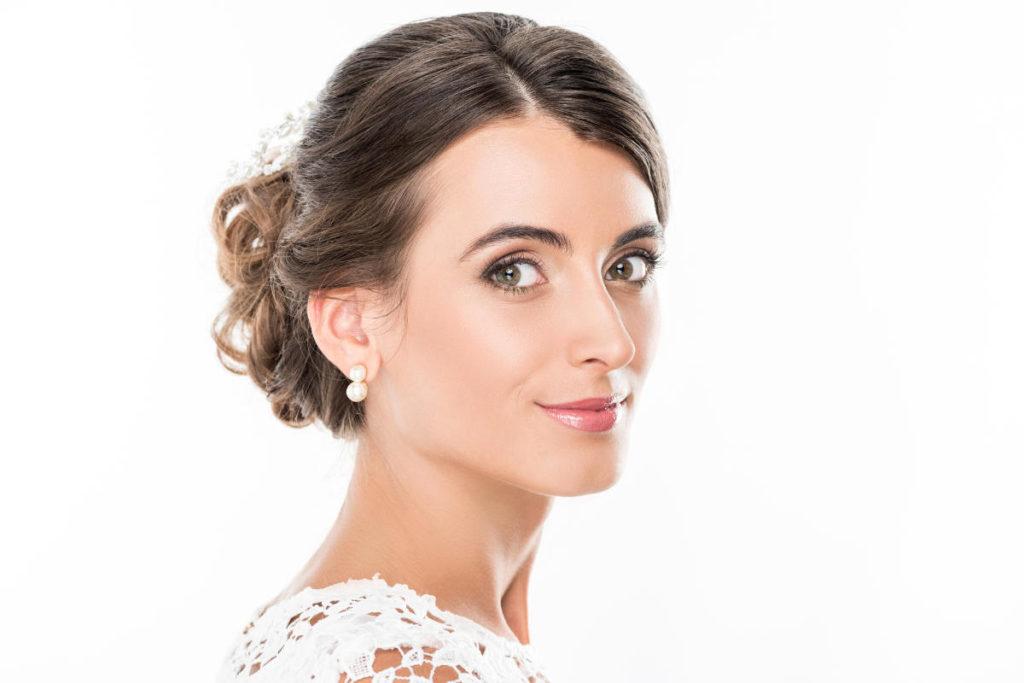 Braut im Halbprofil mit Frisur halb hochgesteckt bei dünnen Haaren