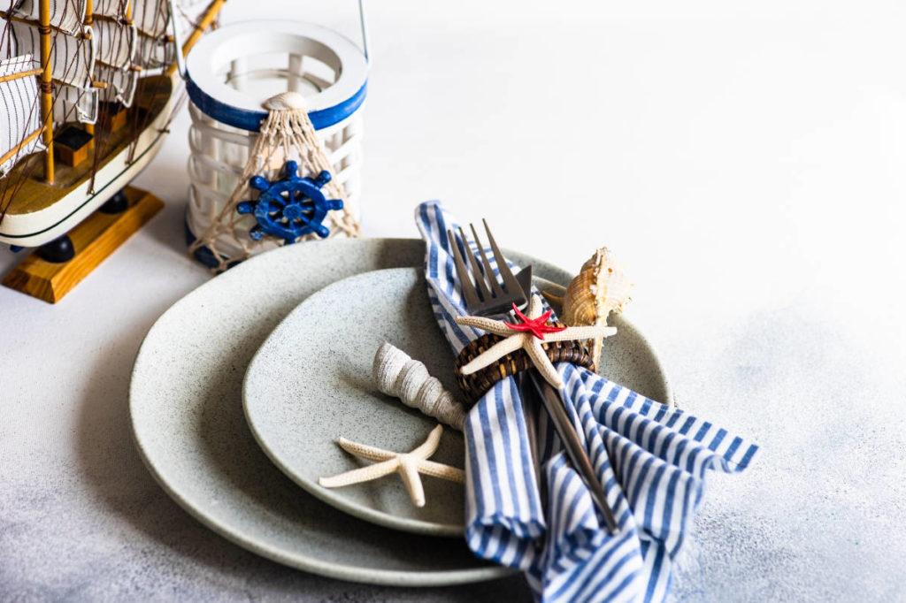 Teller mit Tischdeko maritim, Muscheln, Seesterne