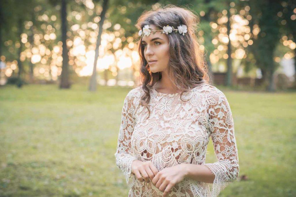Braut mit Kleid und Haarkranz im Boho Style