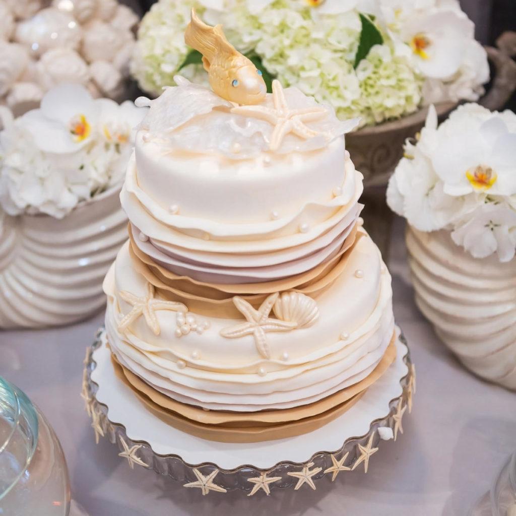 Hochzeitstorte im maritimen Stil dekoriert