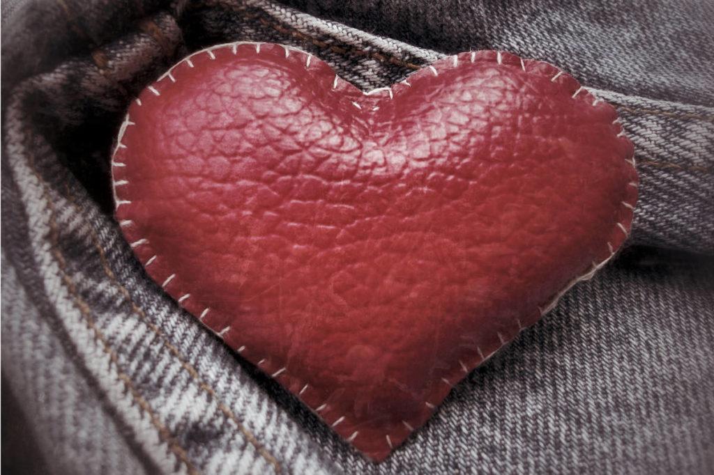 Ein selbstgebasteltes Herz aus rotem Leder für die Hosentasche. Geschenktipp für die lederne Hochzeit