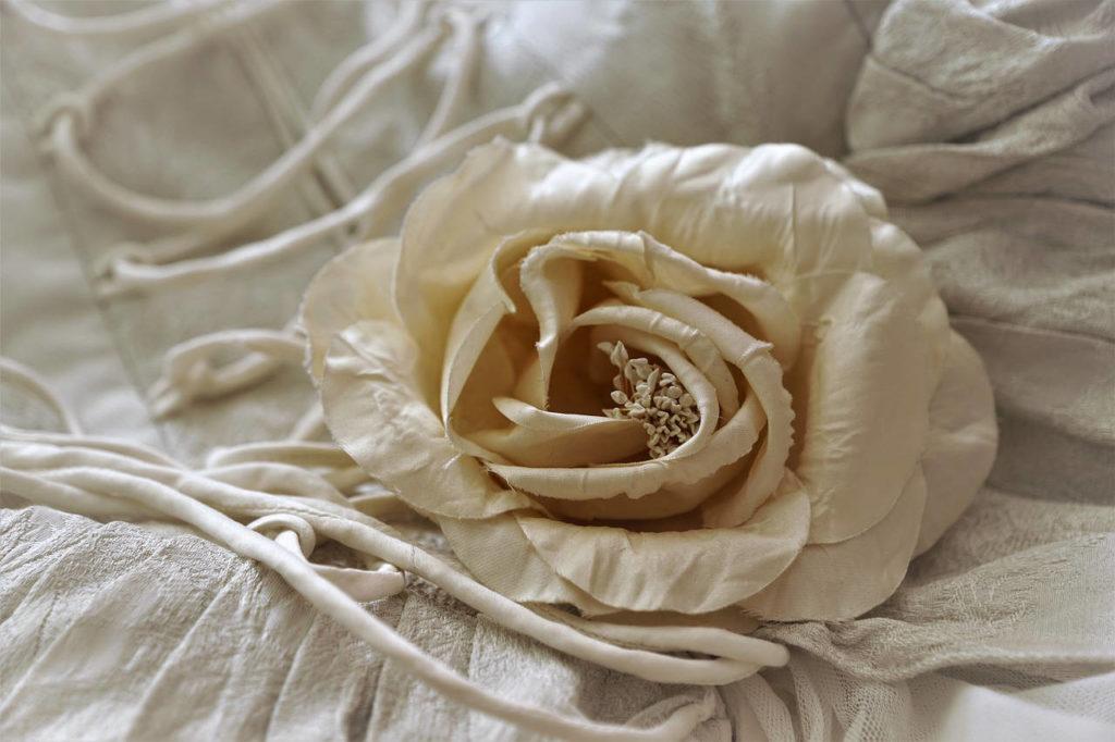 Eine Seidenblume auf der Rückseite eines Braukleides. Das Titelbild zum Thema seidene Hochzeit