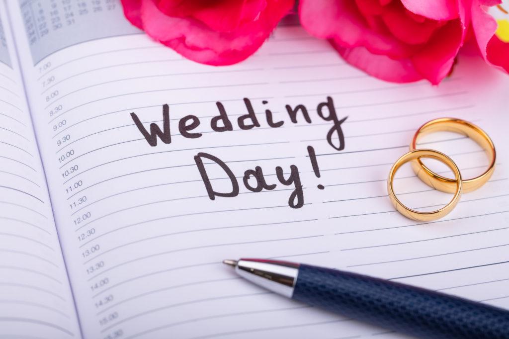 Auf einem Kalender wird nach Hochzeitsdaten 2023 gesucht und umkreist